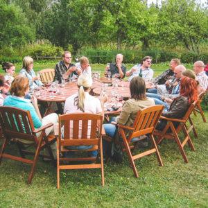 Viininmaisto Temolan Viinitilan puutarhassa