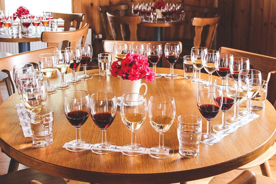 Viininmaistokattaus Temolan Viinitilan viinituvassa. jonne mahtuu35 henkilöä
